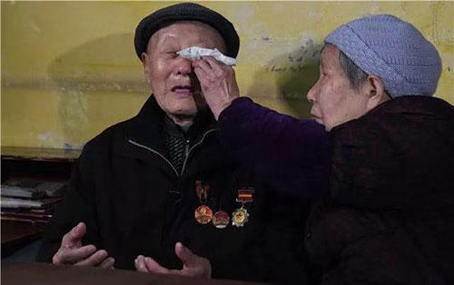 张富清回忆当年并肩作战的战友们牺牲时的情景,不禁泪流满面