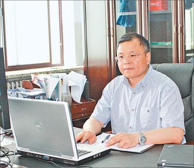 2010年6月1日,黄大年在办公室内工作(资料照片)。