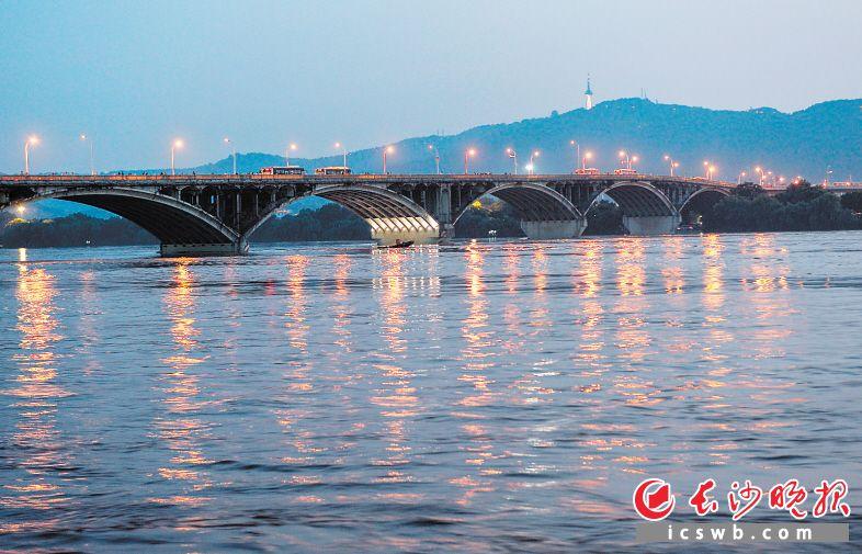 7月10日18时,湘江长沙站水位38.30米,超警戒水位2.30米。长沙晚报全媒体记者 邹麟 摄