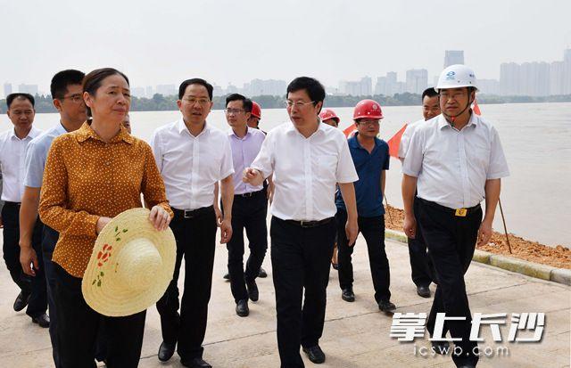 今日下午,省委常委、市委书记胡衡华来到湘江东岸堤防,实地检查督导防汛工作。长沙晚报全媒体记者周柏平摄