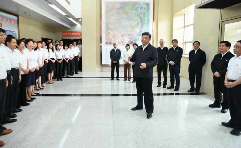 """7月15日至16日,中共中央总书记、国家主席、中央军委主席习近平在内蒙古考察并指导开展""""不忘初心、牢记使命""""主题教育。这是16日上午,习近平到内蒙古自治区自然资源厅,实地调研指导开展""""不忘初心、牢记使命""""主题教育。"""